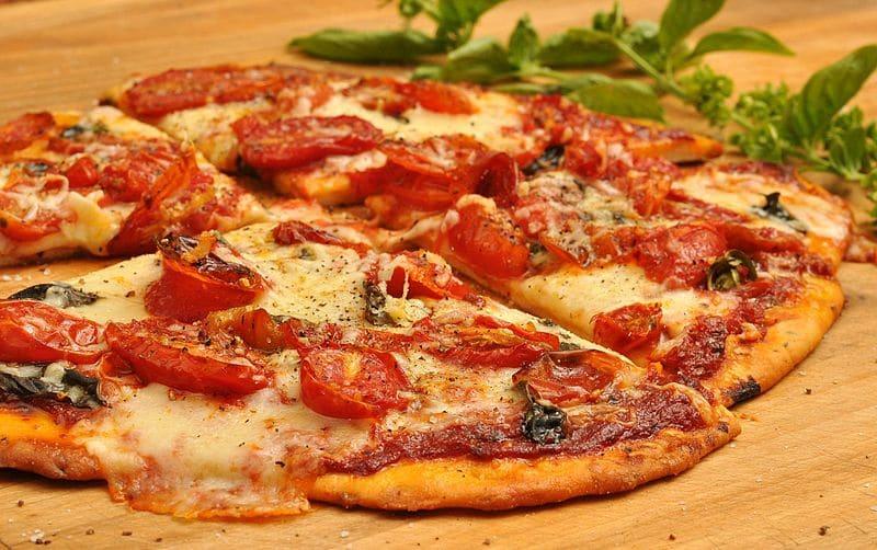 طريقة عمل البيتزا في البيت بكل انوعها