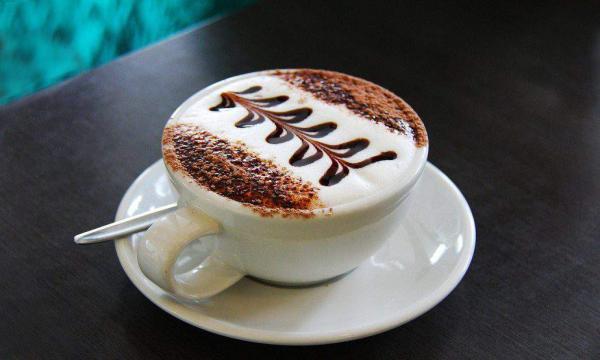 طريقة عمل القهوة باللبن مثل المحترفين والكافيهات